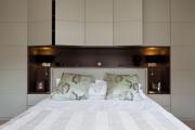 Фото 8 Шкафы в спальню над кроватью: интерьерное применение, материалыи установка