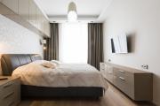 Фото 2 Шкафы в спальню над кроватью: интерьерное применение, материалыи установка