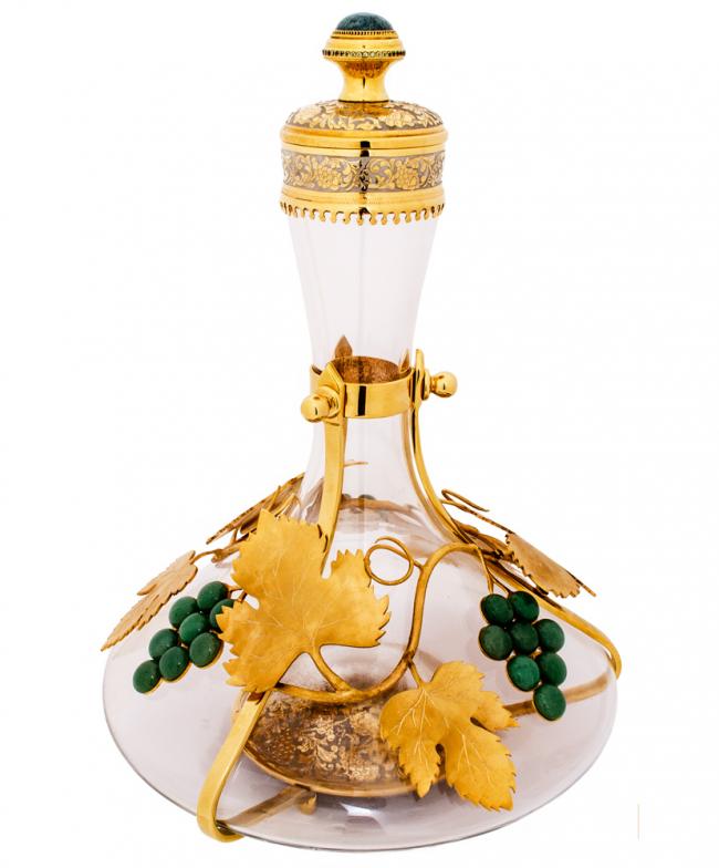 Винный кувшин с золотыми декоративными украшениями