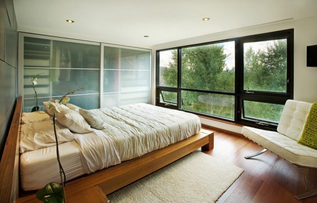 Кровать напротив панорамного окна