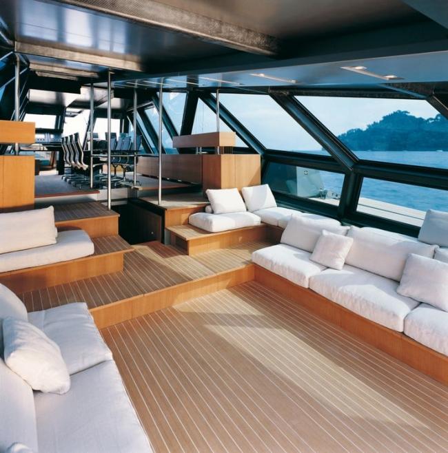 Комфортная зона отдыха на моторной яхте