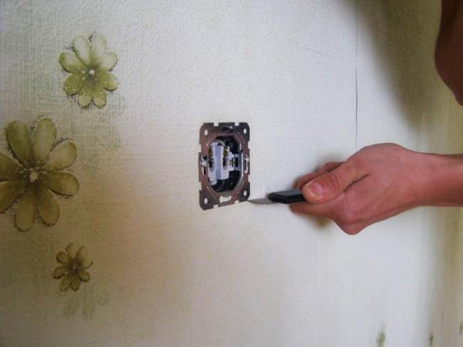 Для удобства работы необходимо снять корпус розеток и выключателей