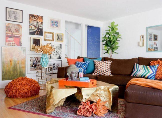 Всегда свежо в современной гостиной выглядят аксессуары и мебель со шлифованными металлическими поверхностями