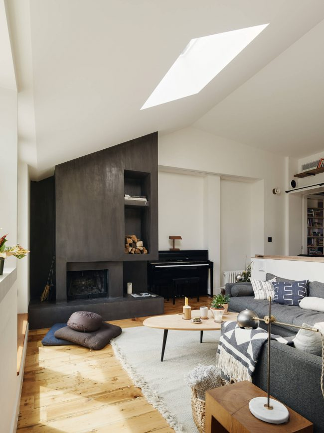 Простой деревянный кофейный столик в уютном интерьере минималистичной гостиной