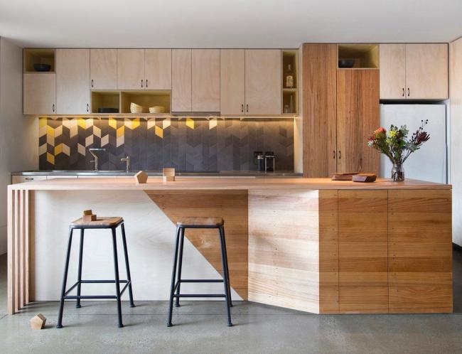 Современный интерьер кухонного пространства в светлом дереве