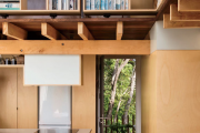 Фото 1 Полки на потолке: как сэкономить полезное пространство в квартире? Идеи и советы