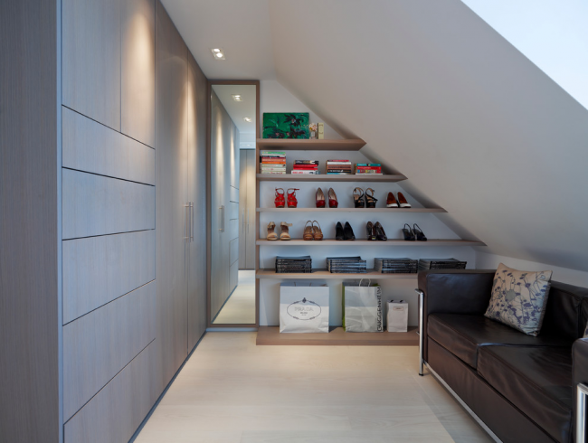 Гардеробная комната на мансардном этаже