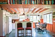 Фото 29 Полки на потолке: как сэкономить полезное пространство в квартире? Идеи и советы