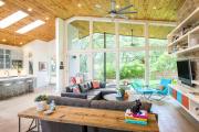 Фото 2 Полки на потолке: как сэкономить полезное пространство в квартире? Идеи и советы