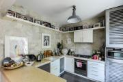 Фото 37 Полки на потолке: как сэкономить полезное пространство в квартире? Идеи и советы