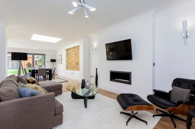 Интерьер гостиной частного дома в стиле модерн