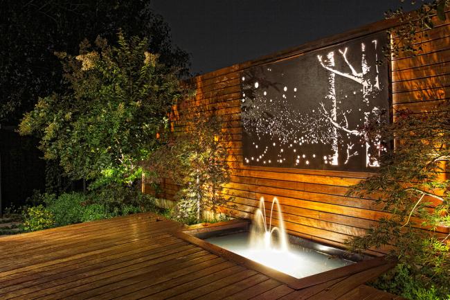 Деревянная терраса с фонтанчиком и светящимся панно