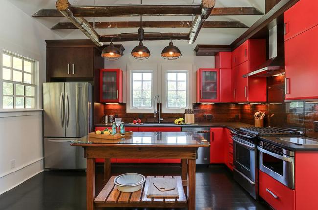 Малогабаритная кухня в интересном цветовом оформлении