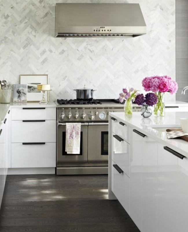 Традиционное оформление кухонного пространства в теплых шоколадно-молочных тонах