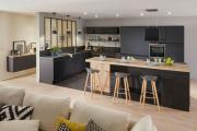 Фото 14 Элегантные кухни с темным полом: 80+ фотоидей для лаконичных и стильных кухонных интерьеров