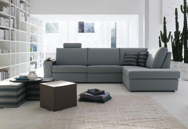 Однотонный диван -прекрасное дополнение просторной комнаты