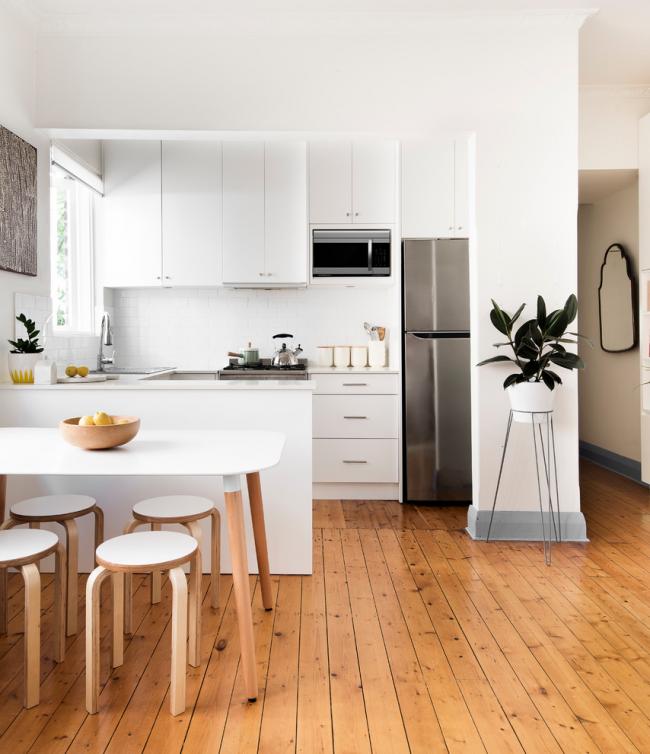 Кухня в белом цвете, оформленная в стиле модернизм