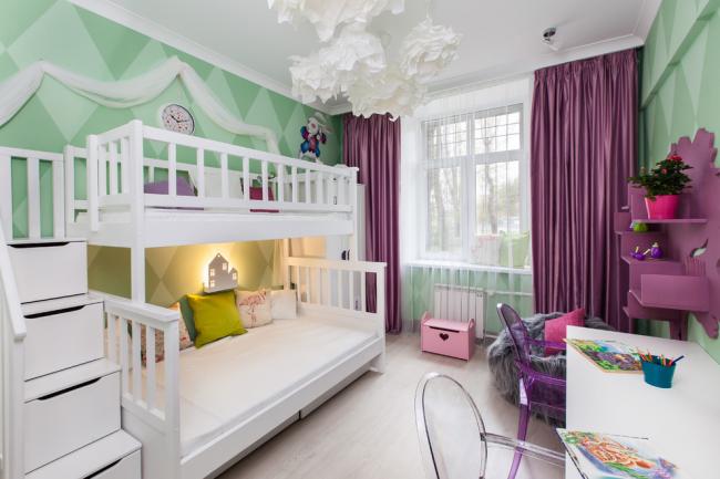 Яркая стильная комната для двух девочек