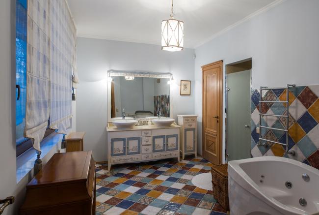 Яркая мозаика в просторной ванной комнате
