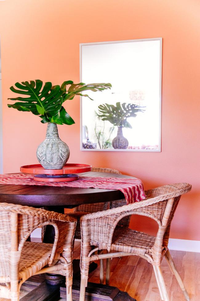 Плетеные стулья и деревянный стол в столовой