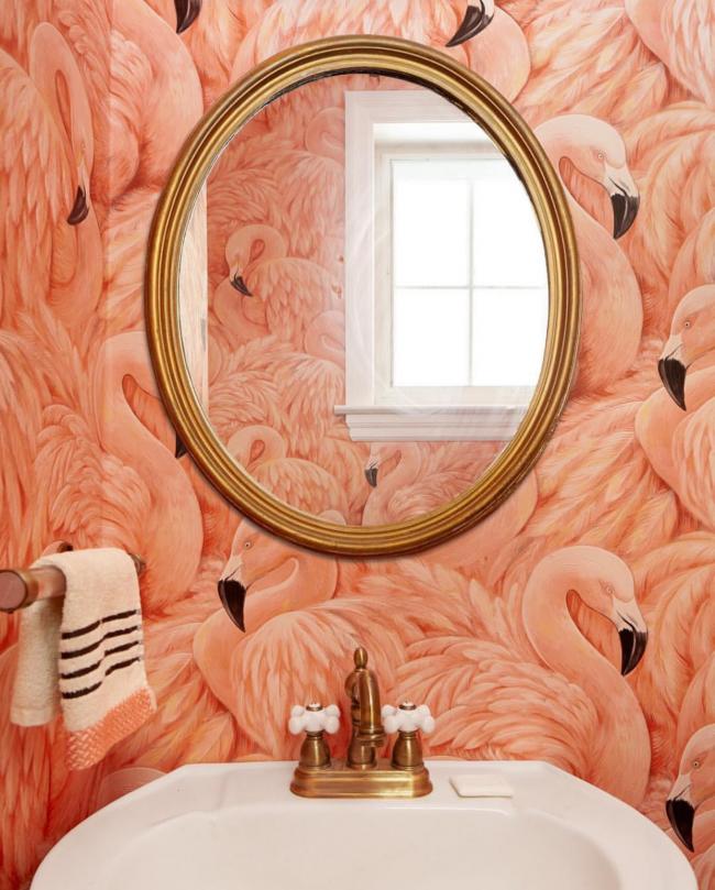 Крупный рисунок фламинго на стенах ванной комнаты