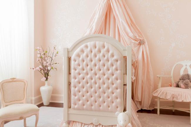 Детская комната для маленькой девочки в нежных цветах