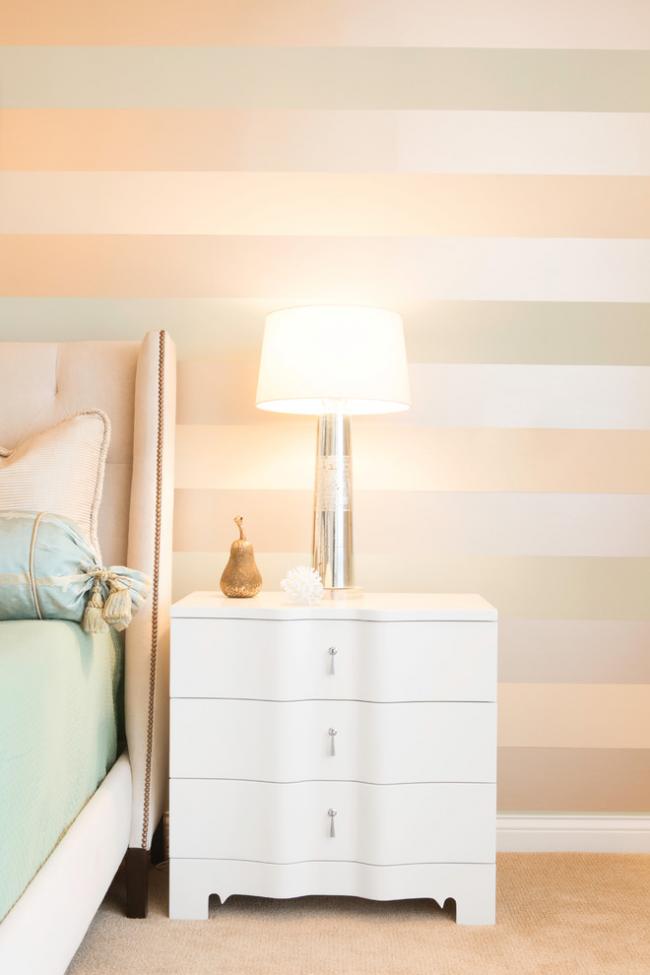 Светлые тона кремовых, золотистых оттенков в спальне