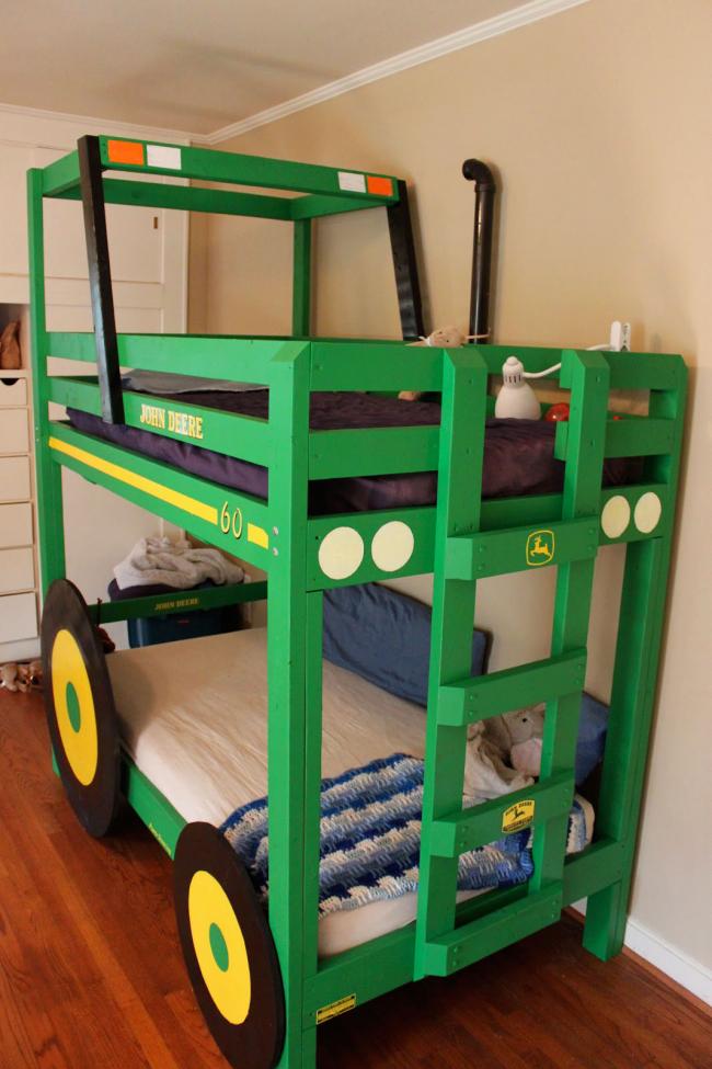 Двухярусная кровать-трактор прекрасно экономит место в детской комнате