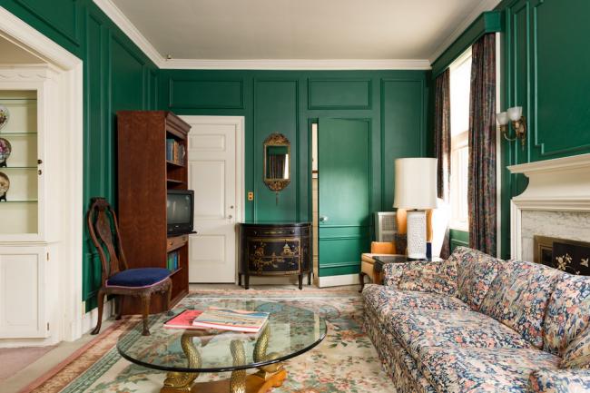Темно-зеленые стены в интерьере гостиной