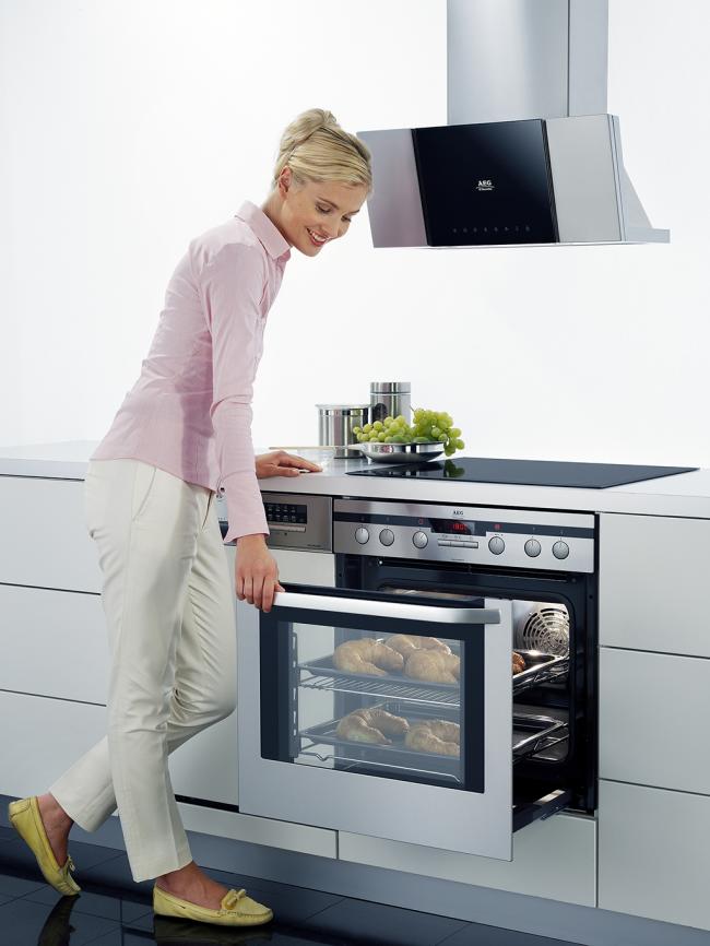Стенки духовки очень чувствительны к химическим средствам, поэтому сильные нажатия приводят к быстрому расходу катализирующего вещества