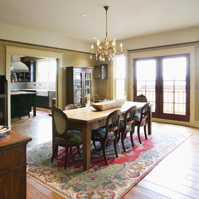 Облагородить просторную обеденную зону можно красивым ковровым покрытием