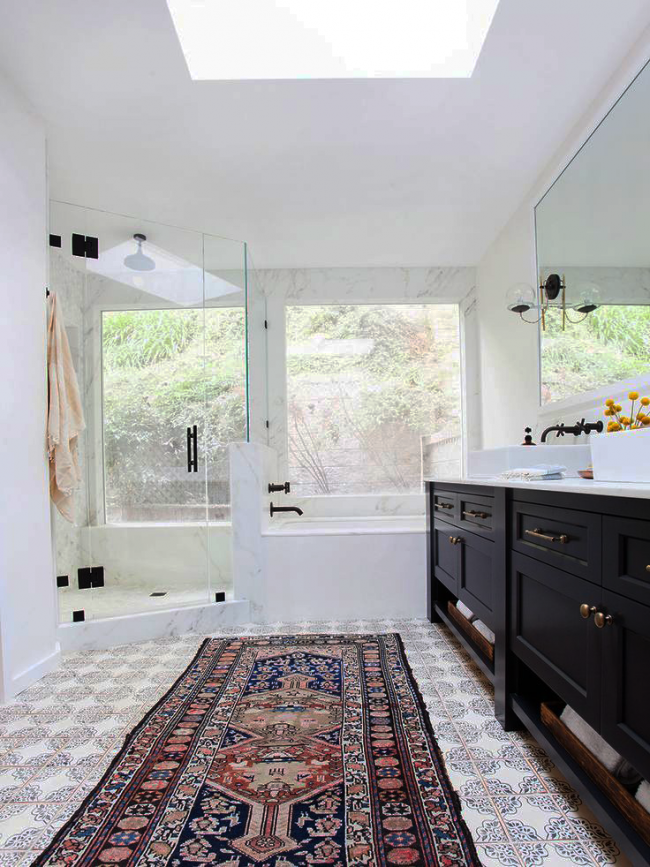Эксклюзивный вариант напольного покрытия, примененный в ванной комнате