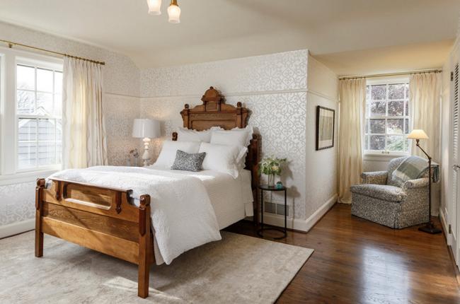 Белоснежная отделка стен подчеркивает оригинальность мебельного гарнитура
