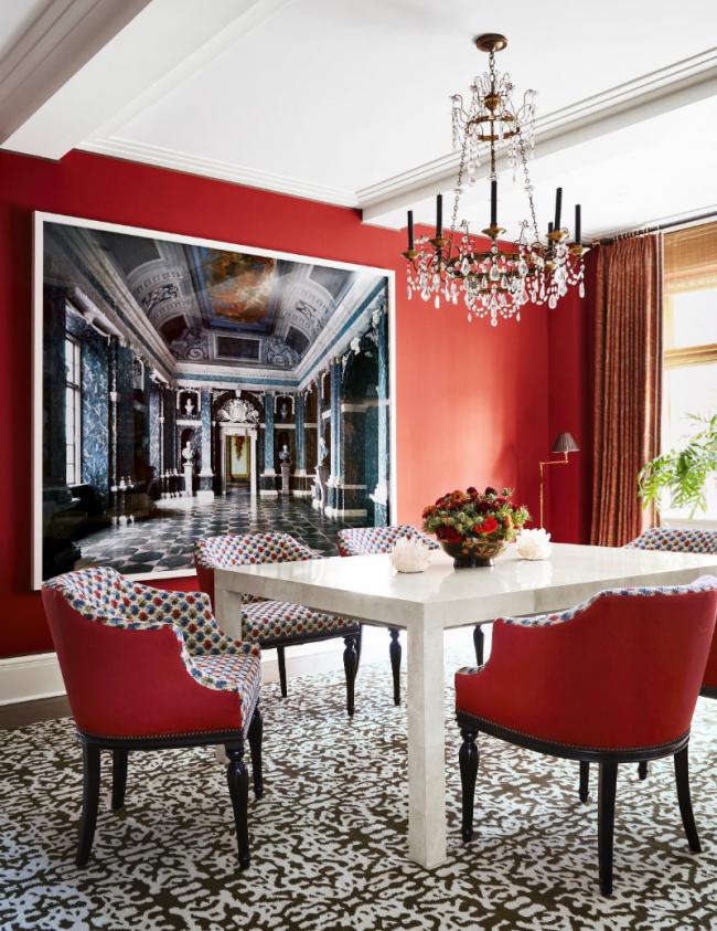 Выделенная стена подчеркнута элементами мебели