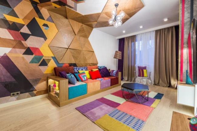 Красочный декор стены в гостиной