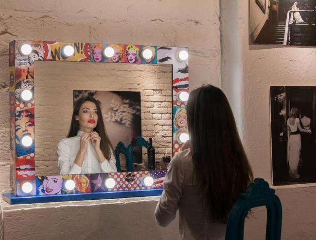 Зеркало для женщины - это незаменимый атрибут