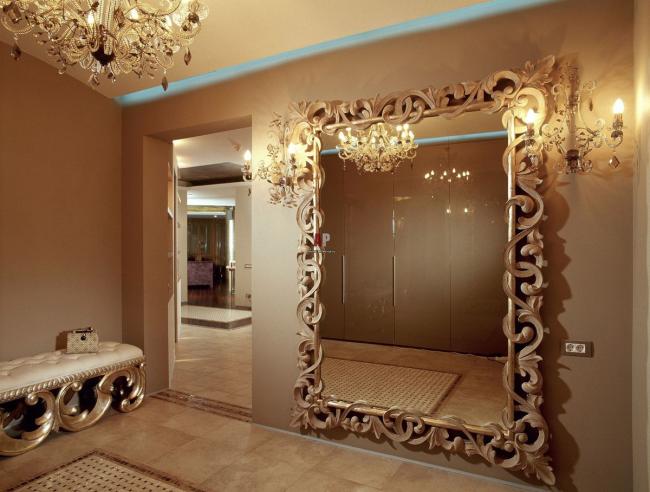 Зеркало в массивной оправе с изумительными светильниками по бокам станет настоящим украшением прихожей