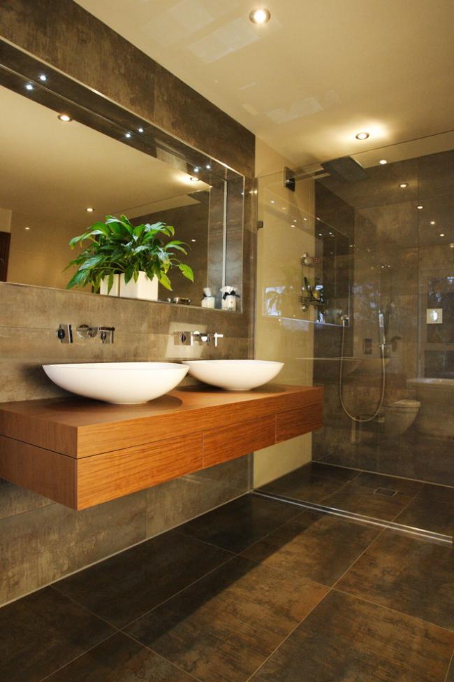 Ванная комната с небольшими встраиваемыми светильниками