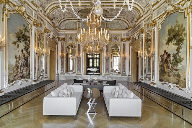 Просторная гостиная в стиле рококо