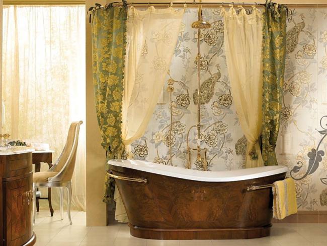 Ванная комната с цветочными обоями