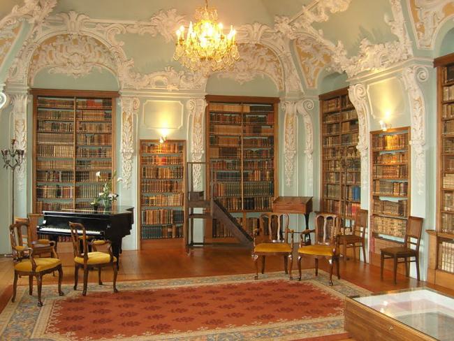 Библиотека с рельефными украшениями на высоком потолке