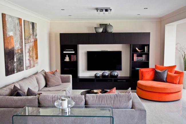 Стеклянная мебель отлично подойдет для небольших комнат