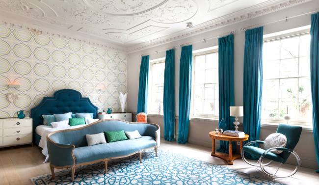 Красивая спальня, оформленная в спокойных тонах