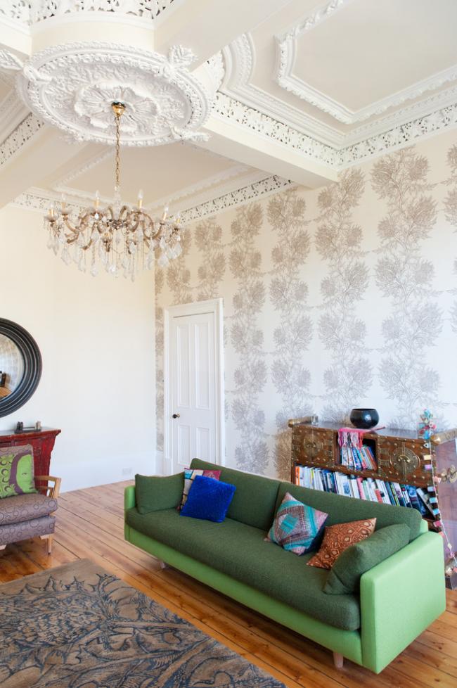 Роскошный потолок с гипсовой лепниной