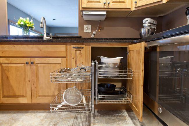 """Многие владельцы жилья имеют небольшие по размеру кухонные помещения, у некоторых кухни совсем маленькие. В таком пространстве помещается компактный гарнитур, поэтому дорог каждый сантиметр, ведь необходимо разместить всю утварь, посуду, бытовую технику и продукты питания. Одним из эффективных способов решения стала система """"волшебный угол"""", которую используют для кухонь."""