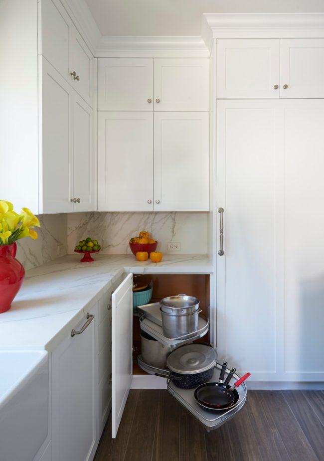 Кухонный уголок - по-сути идеальный органайзер для больших габаритных кастрюль