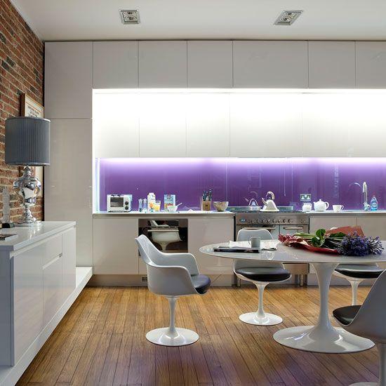 Фиолетовые скинали с подсветкой выглядят просто завораживающе на белом фоне