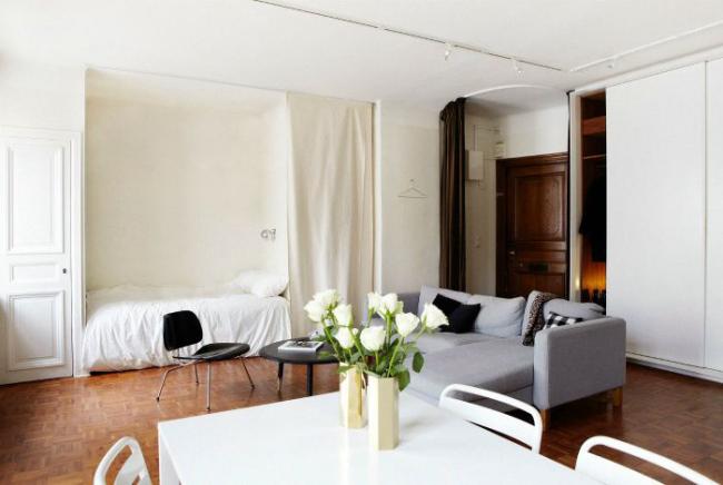 Спальная кровать в нише поможет сэкономить места для гостиной комнаты