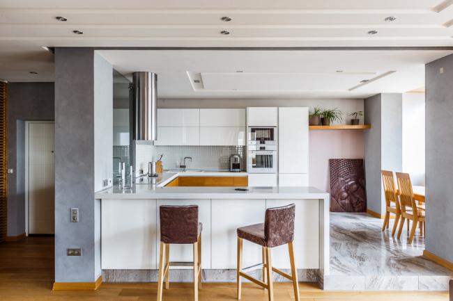 Зонирование квартиры-студии с помощью разной высоты пола