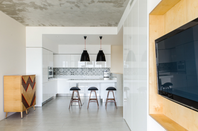 Разная отделка потолка кухни и гостиной поможет зрительно отделить их друг от друга